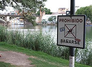 Un cartel que dice Prohibido bañarse