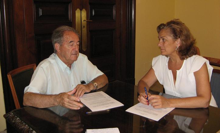 Dolores De Pablo-Blanco firmando el convenio de colaboración para los comedores sociales