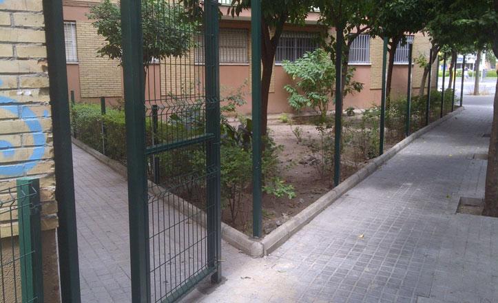 Sustituyen el vallado de parterres en la barriada de Gustavo Adolfo Bécquer