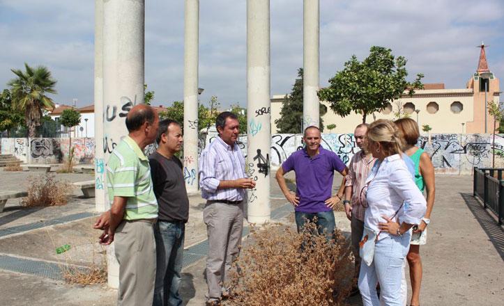 Espadas denuncia el «abandono» de la Plaza del Cementerio en Sevilla Este