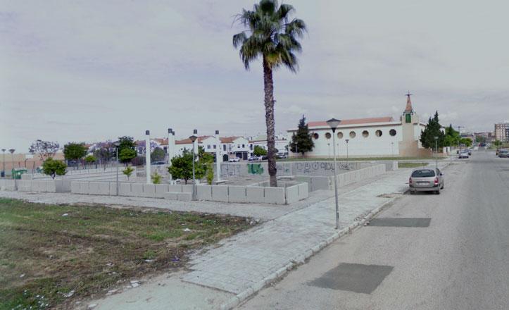 El Ayuntamiento estudia vallar la Plaza del Cementerio en Sevilla Este