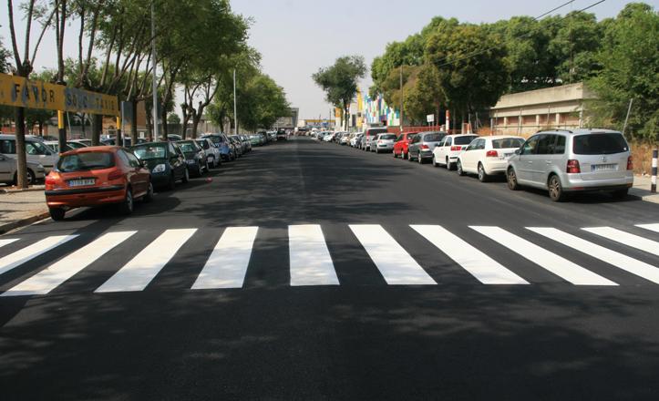 Un tramo de la recién asfaltada calle economía
