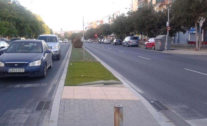 Mediana de la avenida de Bellavista en la que se observa la reposición del césped artificial situado en la misma