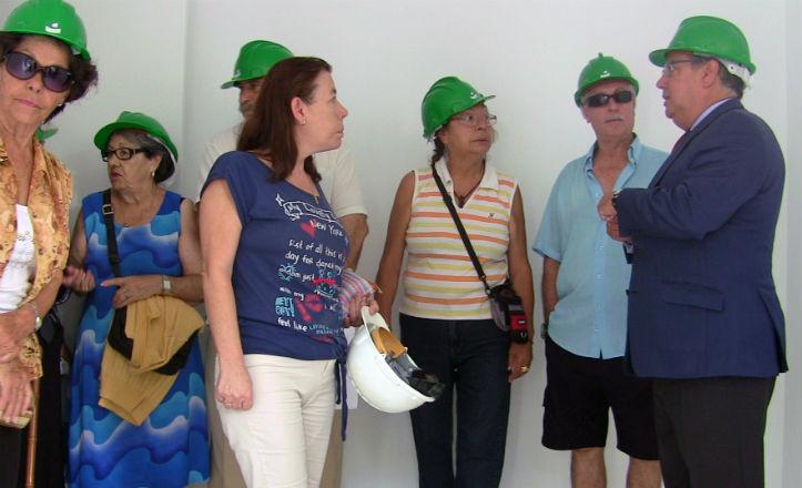 Visita del alcalde al edificio puente de Los Pajaritos