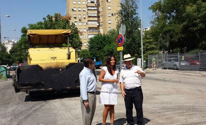 Reasfaltan la calle Rafael Cansinos Assens