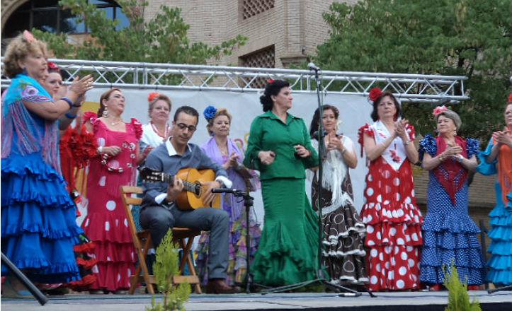 Actuación de un coro rociero en la Velá del Tiro de Línea