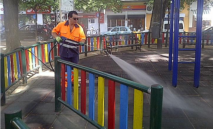 Limpieza en el parque infantil