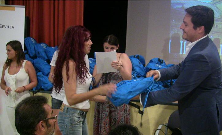 José Luis García entregando las mochilas