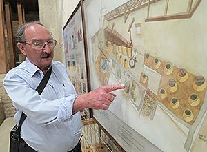 Manuel Lara muestra el molino