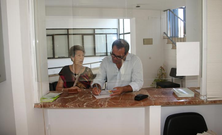 En la imagen el delegado de San Pablo-Santa Justa ayuda a rellenar un formulario a una de las vecinas