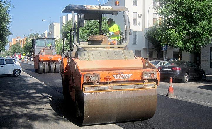 Una máquina reasfalta una calle del Distrito Norte.