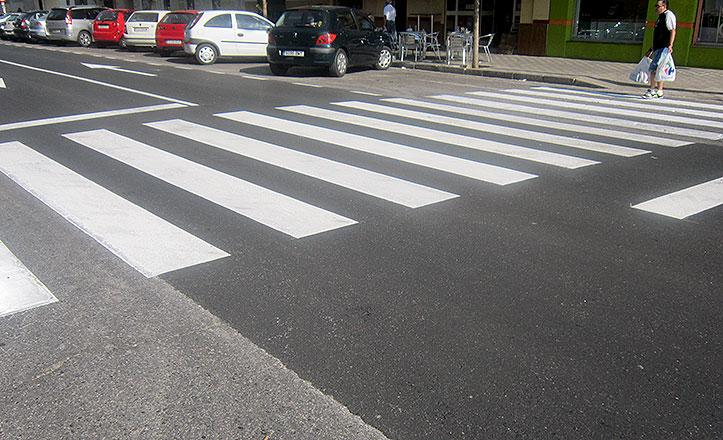 El distrito norte repinta los pasos de peatones
