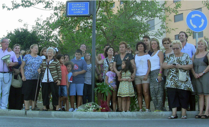 Foto de familia en la rotonda Antonio Menacho López