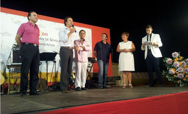 El delegado del Distrito Cerro-Amate inaugurando la Velá de Palmete