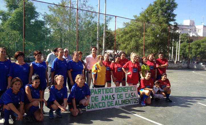 Las amas de casa juegan al fútbol en el Cerro-Amate por una buena causa