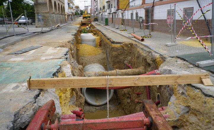 Emasesa repone las tuberías en la calle Cigüeña