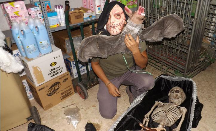 Juan Gallardo preparándose para la noche de Halloween