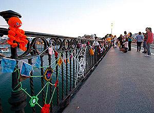 Detalle de las cadenetas del Puente de Triana
