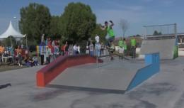 Un patinador hace equilibrios sobre una barandilla