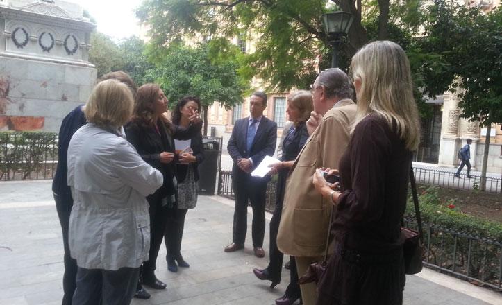 Los vecinos del barrio del Museo se reúnen con la delegada de Casco Antiguo