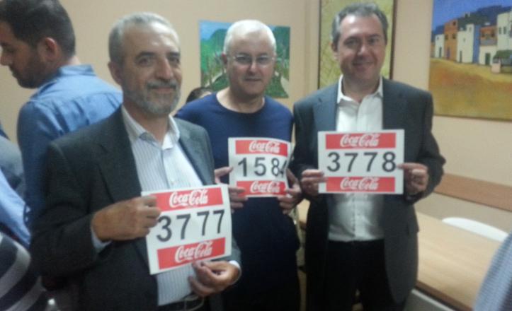 Miembros del partido socialista posan con los dorsales de la carrera