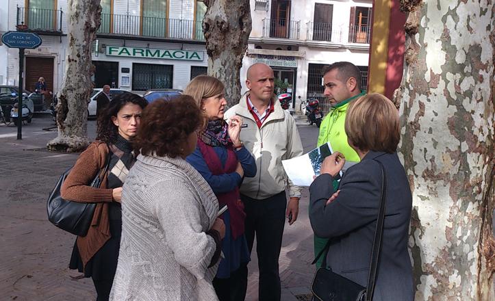 La delegada del casco antiguo habla con los vecinos de San Lorenzo