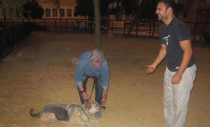 El adiestrador canino enseña a un dueño con su perro