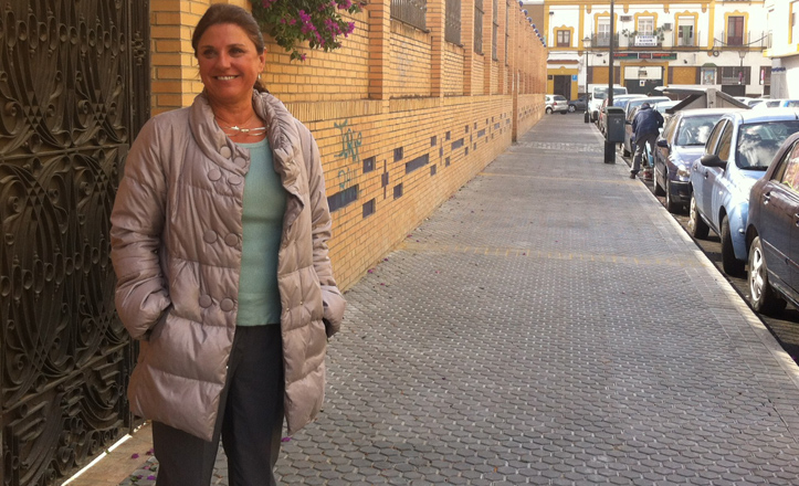 La delegada Pía Halcón posa en la arreglada calle de Pedro Méndez Casariego