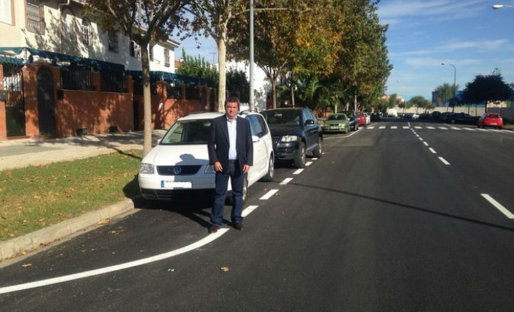 Ignacio Flores en la calle recién asfaltada