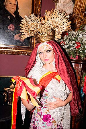 La artista Olek vestida de Dolorosa