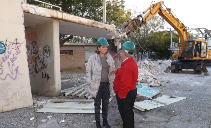 Pía Halcón junto a Joaquín Vidal en la demolición de la pérgola de Juan Antonio Cavestany