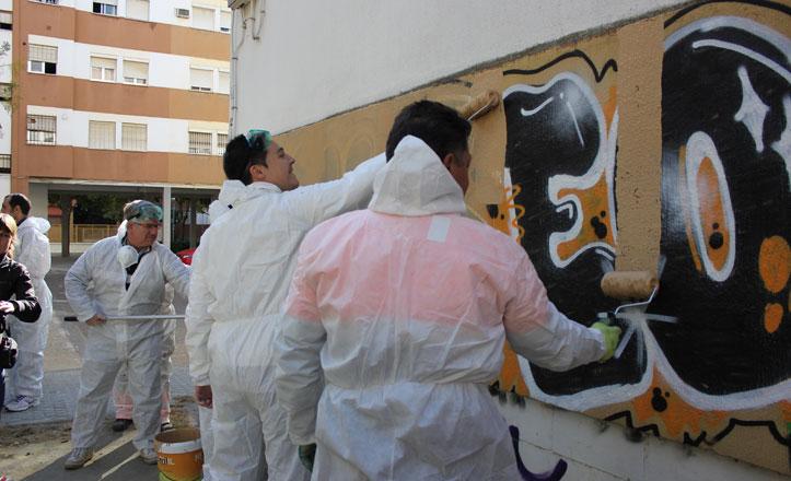 El Distrito Sur comienza a eliminar las pintadas de sus barrios
