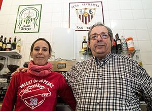 Un jugador de dominó en la Peña Cultural Sevilla-Betis
