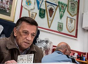 Un socio juega a dominó