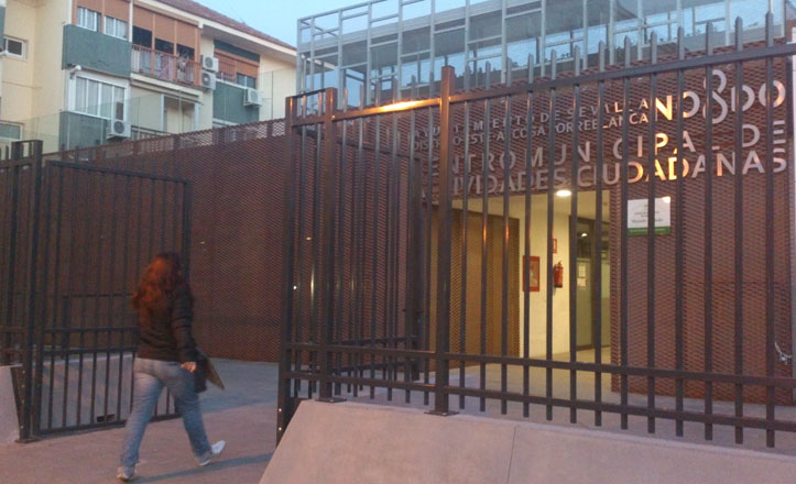 Vallado el edificio Los Luceros de Alcosa para evitar vandalismo