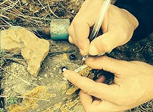 Un geocacher anota un mensaje