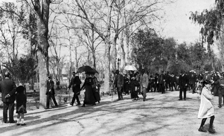 Los Reyes Alfonso XIII y Victoria Eugenia, paseando por el Parque en 1915