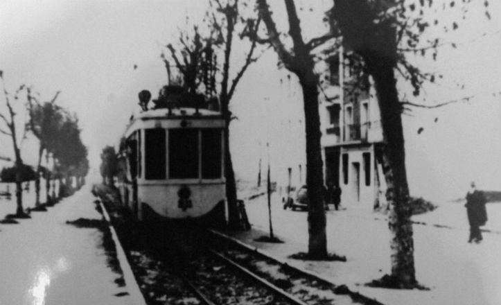 El tranvía pasando por la antigua calle Héroes de Toledo