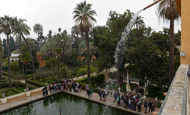 El estanque de Mercurio en el palacio gótico del Alcázar