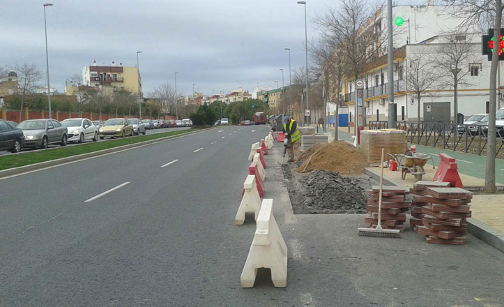 Amplían la zona de paradas de autobuses en Bellavista-La Palmera