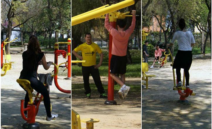 Vecinos usando los aparatos de gimnasia
