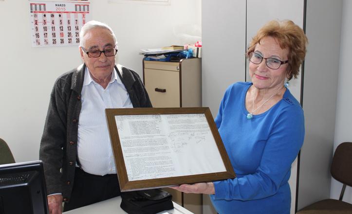 Conchita y Antonio, su marido, muestran el acta fundacional de Bermejales 2000 / Fran Piñero