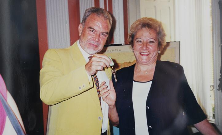 Rivas recibe las llaves del local de la Asociación, en la calle Virgen del Pilar, por Manuel Vieira, en 1999.