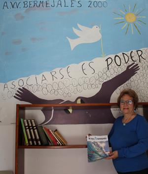 Rivas junto al mural de Bermejales 2000 / F.P.