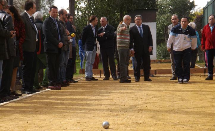El alcalde, Juan Ignacio Zoido, con los vecinos en la pista de petanca