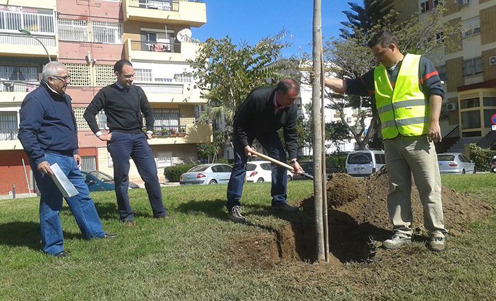 Momento de la plantación de un árbol en el Parque Guadaíra, a la altura de Pedro Salvador