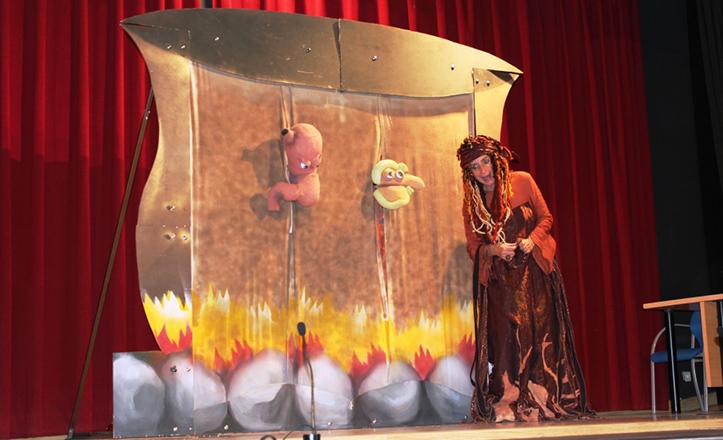 Momento de la obra «Lemuria y el caldero mágico», contra la obesidad infantil