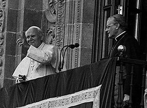 Juan Pablo II reza el Ángelus desde un balcón de la Giralda