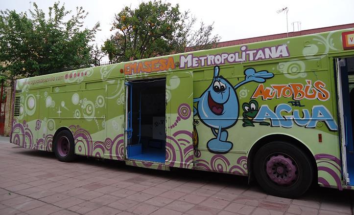 Así es el autobús formativo de Emasesa, donde se explica, con ejemplos prácticos, la importancia del agua
