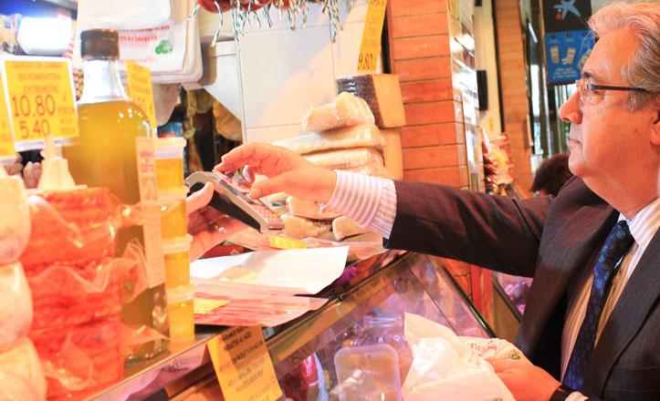 «Contactless», una alternativa al pago en efectivo en el Mercado de Triana